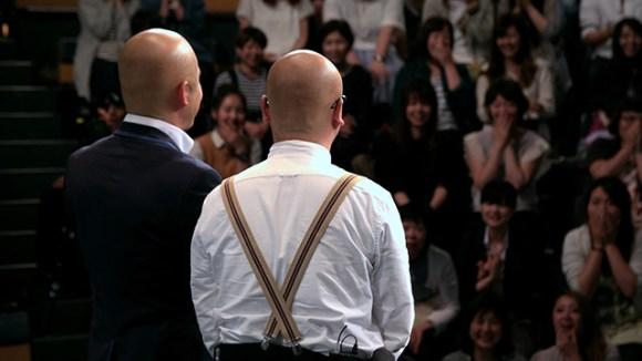 【日清焼そば】2人後ろ向きカット