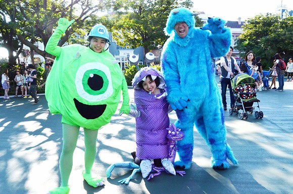 The awesome outfits of cosplayers at Tokyo Disneyland16