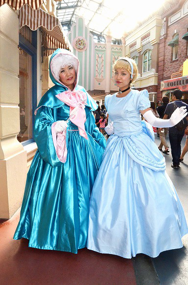 The awesome outfits of cosplayers at Tokyo Disneyland19