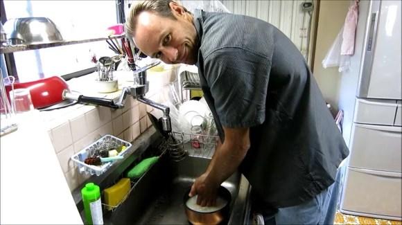 米を洗うクリス
