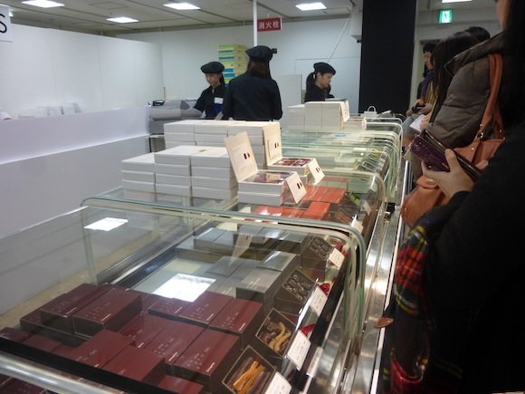 Salon 37 Aoki 4 choc counter