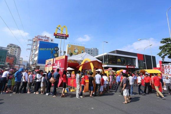 McDonald's Brand-New Vietnam Restaurant Is Already A Total Mob Scene2