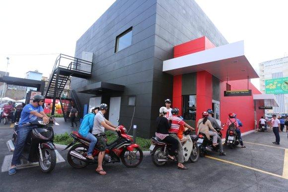 McDonald's Brand-New Vietnam Restaurant Is Already A Total Mob Scene3