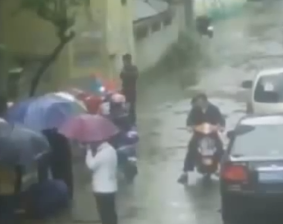 Security camera catches a Chinese man trying to murder his girlfriend by shoving her down a manhole6