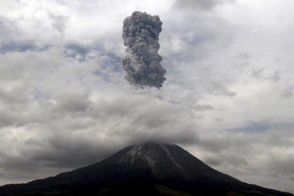 Volcano Spawns Terrifying Tornado-Like Twisters [GIFS]1