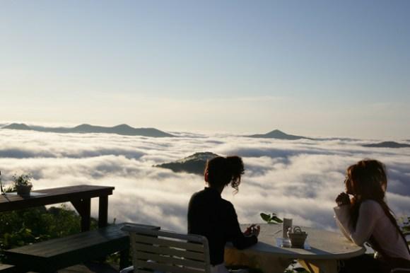 girls sitting with coffee above clouds, Hoshino Resorts Tomamu