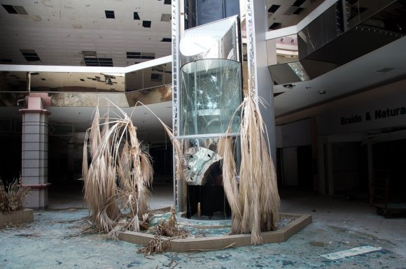 21 hauntingly beautiful photos of deserted shopping malls