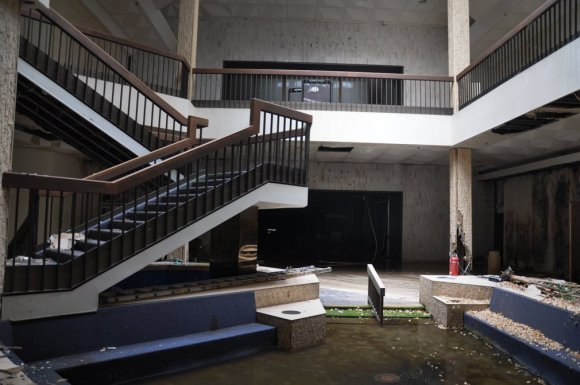 21 hauntingly beautiful photos of deserted shopping malls10