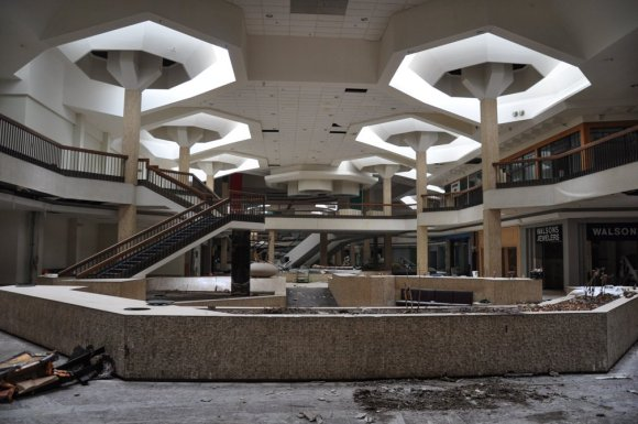 21 hauntingly beautiful photos of deserted shopping malls15