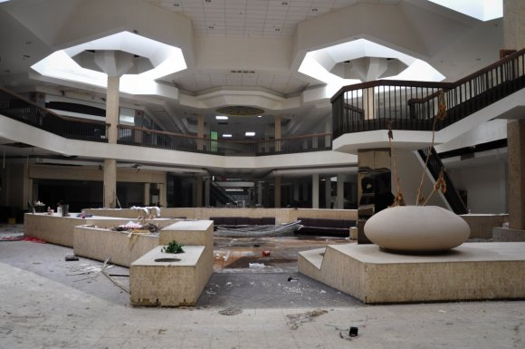 21 hauntingly beautiful photos of deserted shopping malls17