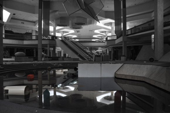 21 hauntingly beautiful photos of deserted shopping malls21