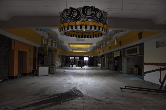 21 hauntingly beautiful photos of deserted shopping malls5