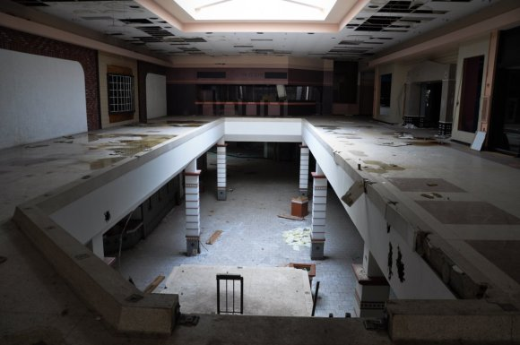 21 hauntingly beautiful photos of deserted shopping malls7