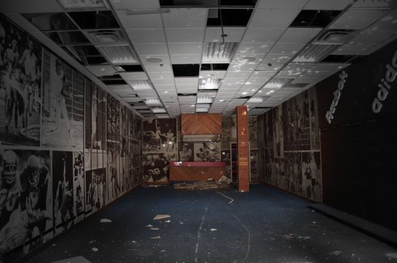21 hauntingly beautiful photos of deserted shopping malls8