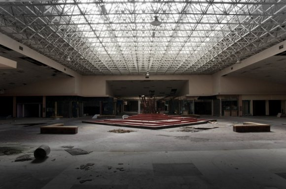 21 hauntingly beautiful photos of deserted shopping malls9