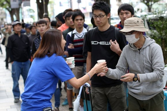 apple-employees-handed-out-coffee-to-customers-on-this-line-in-japan