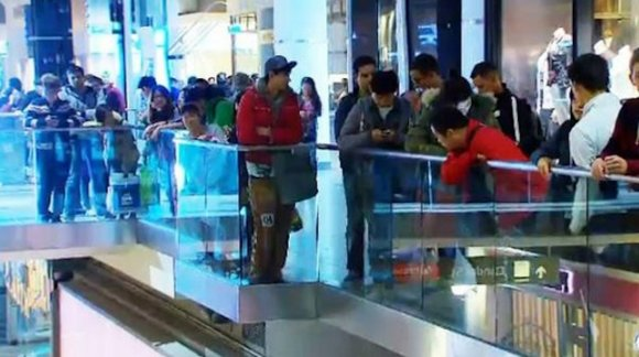 at-the-eaton-centre-apple-fans-lined-the-mezzanines-too