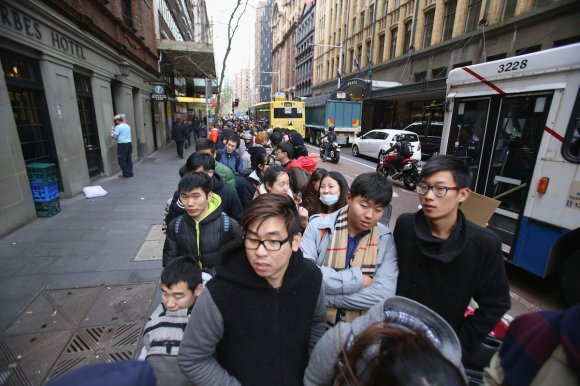 crowds-line-the-streets-in-sydney-australia