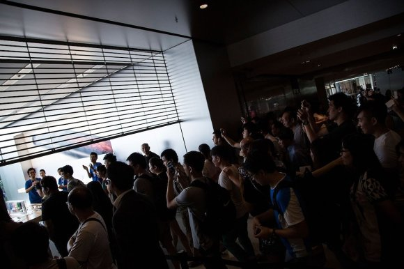 customers-in-hong-kong-rushed-in-as-soon-as-the-gates-opened