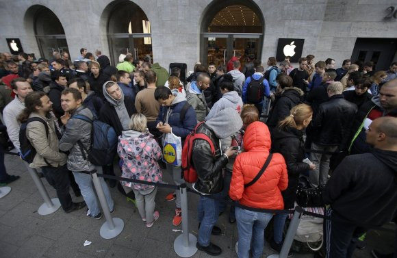 dozens-upon-dozens-of-people-waiting-in-line-in-berlin-to-get-the-iphone-6