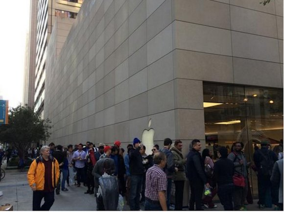 lines-wrapped-around-the-block-at-this-apple-store-in-chicago