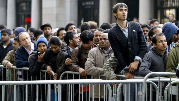 the-apple-store-in-london-attracted-a-large-crowd-too