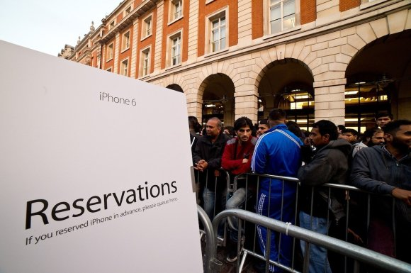 those-in-london-who-reserved-an-iphone-ahead-of-time-waiting-in-a-separate-line