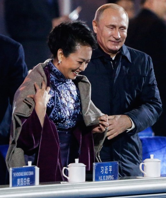 Chinese media tried to censor this moment between Putin and China's first lady