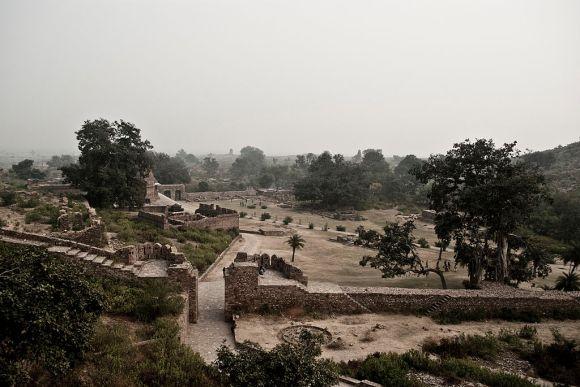 1024px-Bhangarh_Fort_1