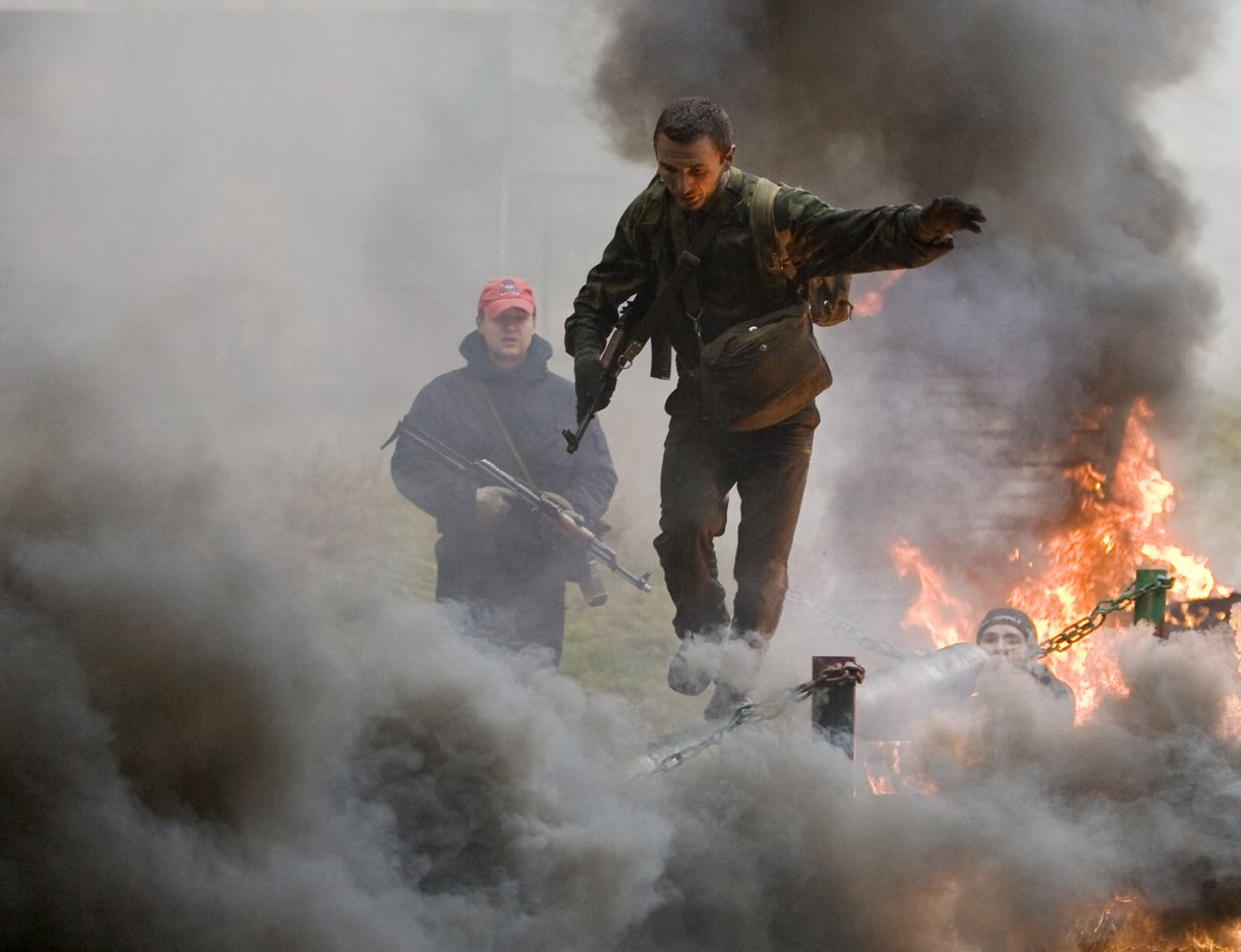 another-belarusian-special-forces-member-tests-his-balance-walking-over-smoke-bombs-and-fires