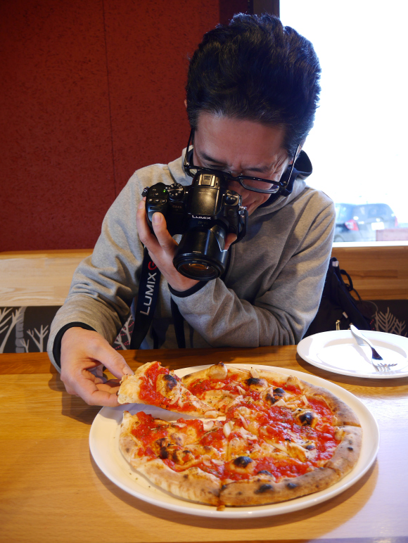sato photographing pizza