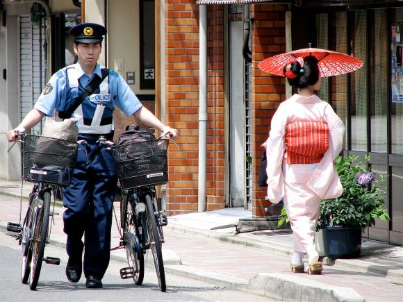 1280px-Police_officer_and_maiko_Mameyuri