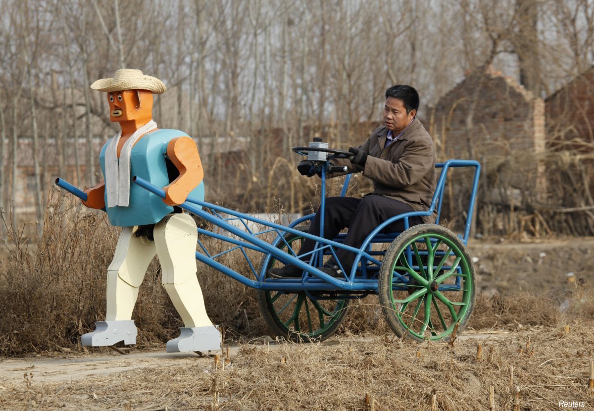 farmer-wu-yulu-started-to-build-robots-in-1986-and-by-2009-he-unveiled-this-rickshaw-that-is-being-pulled-by-a-robot