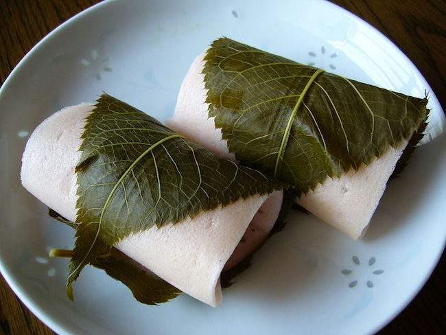 800px-A_rice_cake_filled_with_sweet_bean_paste_and_wrapped_in_a_pickled_cherry_leaf,katori-city,japan