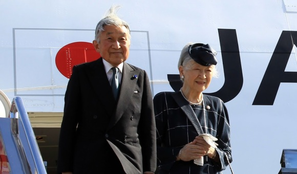 Emperor_Akihito_and_Empress_Michiko_arrive_at_the_Manila_International_Airport_012616